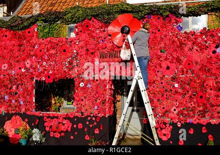 Cada persona que ponga amapolas rojas en la construcción exterior, swaffham, Norfolk, Inglaterra Imagen De Stock