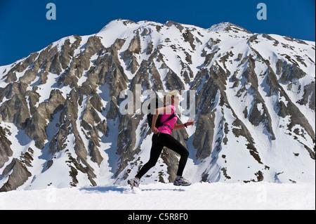 Emparejador recorre una impresionante montaña nevada. Imagen De Stock