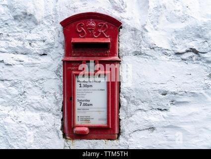 Detalle de la tradicional y antigua red postbox sobre pared blanca Imagen De Stock