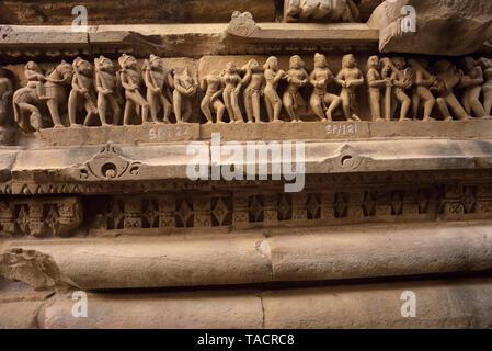SSK - 759 un grupo de esculturas y tallados en una hermosa y exquisitamente ordenados templo llamado templo de Laxmana Khajuraho, Madhya Pradesh, India Asia el 15 de diciembre de 2014 Imagen De Stock