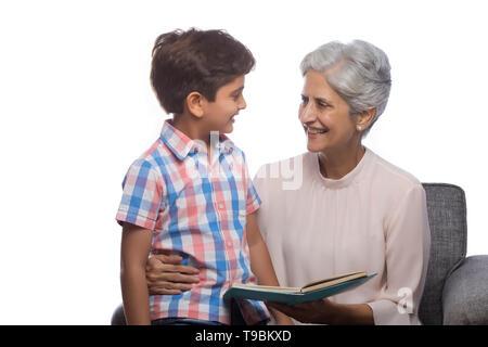 Abuela Libro de lectura a su nieto Imagen De Stock