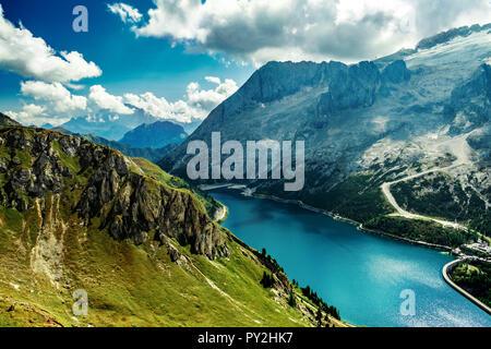 Hermoso lago Fedaja en los Alpes Dolomitas, Italia. Vista desde Viel dal pan Imagen De Stock