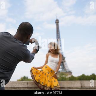 Hombre africano tomando fotografía de novia Imagen De Stock