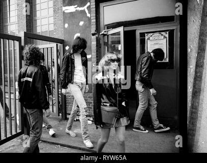 Los miembros del grupo de rock estadounidense The Ramones después del disparo de la televisión alemana Musikladen. A la izquierda, Joey Ramone, y a la derecha, Johnny Ramone. Bremen, 10 de septiembre de 1978 Imagen De Stock