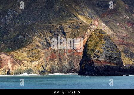 Francia, Océano Índico Tierras Australes y Antárticas Francesas, Saint-Paul island, el acantilado con Quille Roca en primer plano Imagen De Stock