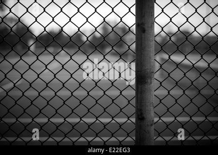 En blanco y negro de eslabón de la cadena cerco imagen de fondo con un fondo borroso en una profundidad de Imagen De Stock