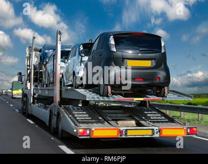 Región de Rostov la autopista M 4-Don 21/09/2014. El remolque transporta vehículos hasta el lugar de venta. Imagen De Stock