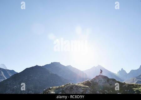 Caminante en pico de roca, Mont Cervin, Cervino, Valais, Suiza Imagen De Stock