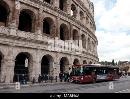 El 51 servicio de autobús local de detención fuera del Coliseo de Roma Imagen De Stock