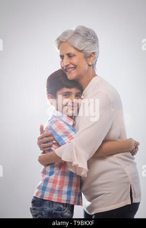 Abuela abrazando a su nieto Imagen De Stock