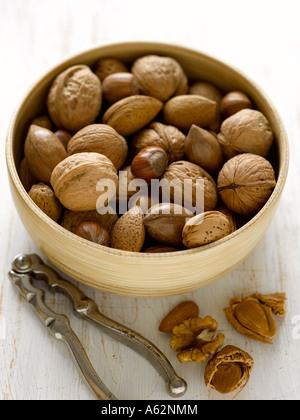 Mezcla de frutos secos con cascanueces rodada con una cámara de medio formato digital profesional Imagen De Stock