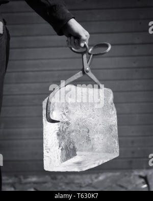 1930 MANO DE ICEMAN CELEBRACIÓN ICE TONGS ENTREGA DE BLOQUE DE HIELO - s6991 HAR001 HARS personas rurales varones PROFESIÓN SÍMBOLOS B&W ofrecer ocupación habilidades Habilidades SERVICIO AL CLIENTE CARRERAS EL PROGRESO DE OCUPACIONES CONCEPTO CONCEPTUAL BODEGÓN CONGELADOR conceptos simbólicos Mediados de-adulto hombre adulto medio EN BLANCO Y NEGRO la etnia CAUCÁSICA HAR001 REPRESENTACIÓN ANTIGUA Imagen De Stock