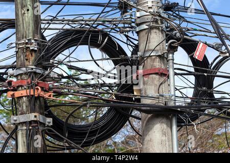 Las líneas eléctricas sobre un poste de energía, Samara, Guanacaste, Costa Rica Imagen De Stock