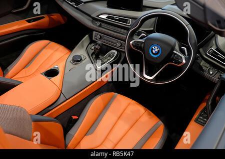 Bmw i8 Roadster interior del coche de los deportes Imagen De Stock