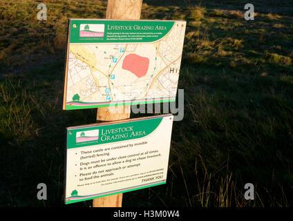 Señal de advertencia de un área delimitada por el pastoreo del ganado un cerco virtual, el bosque de Ashdown, Imagen De Stock
