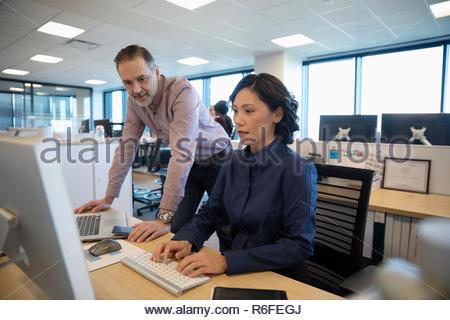Las personas de negocios que trabajan en equipo en armario de oficina Imagen De Stock