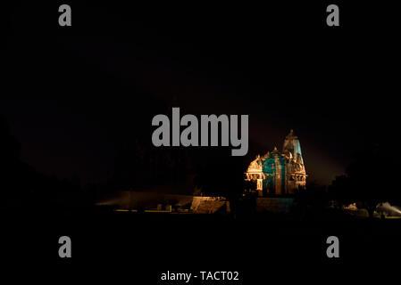 SSK 042 - Espectáculo de luz y sonido en la noche con la luz encendida Jagdamba Templo Khajuraho, Madhya Pradesh, India Asia 10Decepber2014 Imagen De Stock