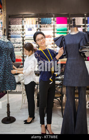 Seguros de los diseñadores de moda trabajan Imagen De Stock