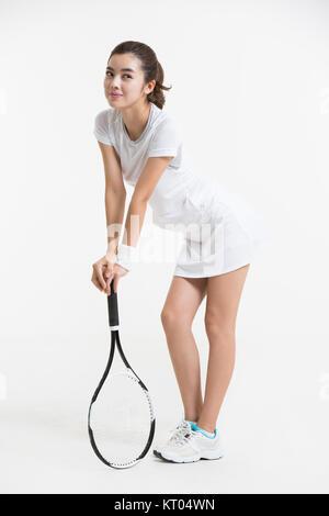 Mujer joven posando con raqueta de tenis Imagen De Stock