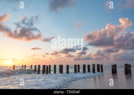 Viejo Muelle pilotes durante la puesta de sol sobre el Golfo de México, Naples, Florida, EE.UU. Imagen De Stock