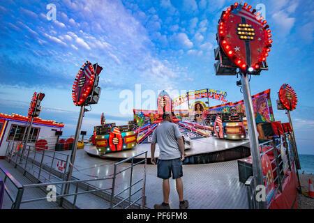 Feria de colores brillantes en el paseo marítimo de Worthing en Inglaterra Imagen De Stock