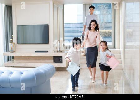 Familia Joven regresando de compras Imagen De Stock