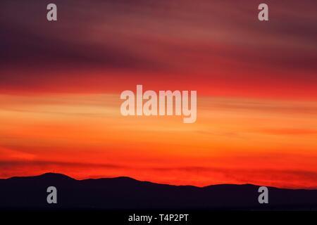 Rojo cielo nocturno al atardecer, detrás de las montañas, Palatinado, Dossenheim Baden-Wurttemberg, Alemania Imagen De Stock