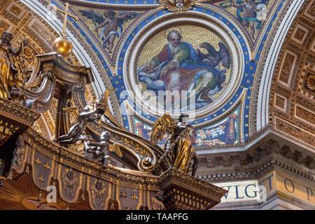 Detalles en el interior del techo de la Basílica de San Pedro, Ciudad del Vaticano, Roma, Lazio, Italia Imagen De Stock