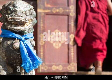 Monje, entrando en el templo, el Monasterio de Gandan, Ulaanbaatar, Mongolia Imagen De Stock