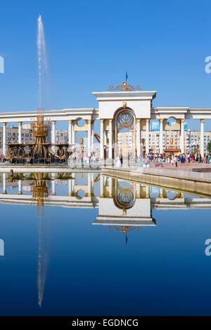 Fuentes y Gate, primeros presidentes Park, Almaty, Kazajstán Imagen De Stock