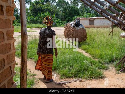 Nos Guere máscara sagrada saliendo del bosque sagrado para una ceremonia, Guémon, Bangolo, Costa de Marfil Imagen De Stock