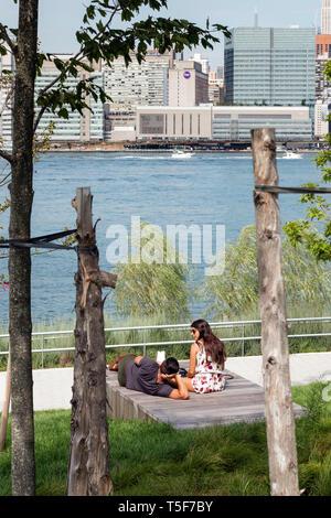 Los escarpes adosada con vistas al East River. Hunters Point South Park, Nueva York, Estados Unidos. Arquitecto: SWA/Balsley en colaboración con W Imagen De Stock