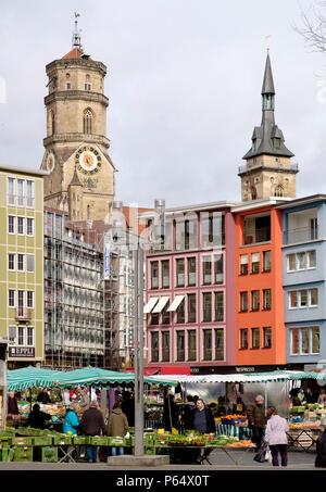 Los puestos de los mercados de frutas y hortalizas en Marktplatz en Stuttgart, en el fondo, la Colegiata Stiftskirche Imagen De Stock