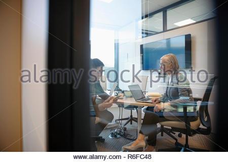 Las personas de negocios que trabajan en la sala reunión Imagen De Stock
