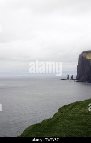 Risin y pilas, Eysturoy Kellingin mar, islas Feroe, Dinamarca Imagen De Stock