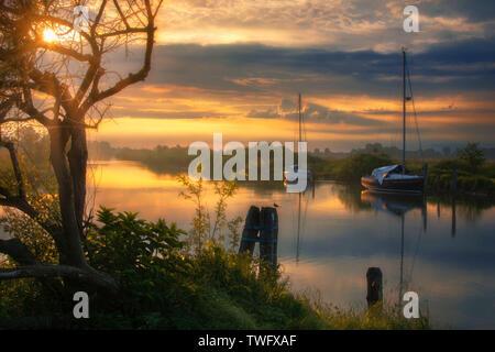 Barcas en el río al amanecer, Italia Imagen De Stock
