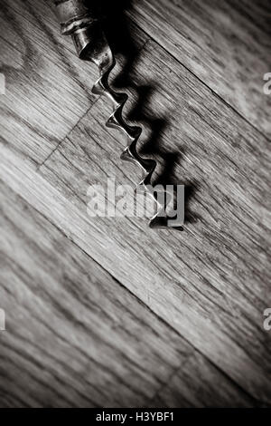 Sacacorchos de mesa de madera en cerca. Vista superior y copie el espacio. Imagen De Stock