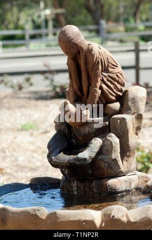 Chumash mujer fuente esculpida en Santa Ynes Misión, Santa Ynez, CA. Fotografía Digital. Imagen De Stock