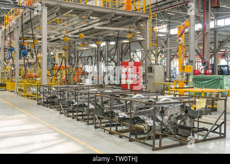 La planta de montaje de automóviles. Las piezas externas del coche Imagen De Stock