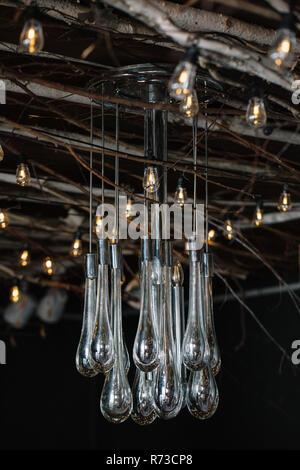 Luces decorativas retro y araña de cristal colgando del techo rústico Imagen De Stock