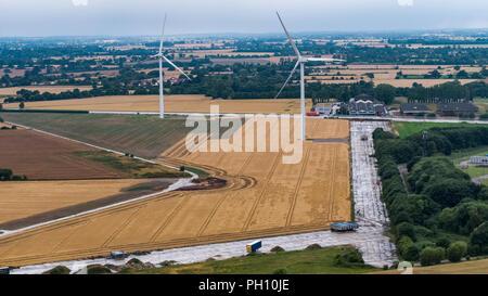 Una escena rural con la maduración campos de cebada en una granja en el condado de Suffolk, Inglaterra Imagen De Stock