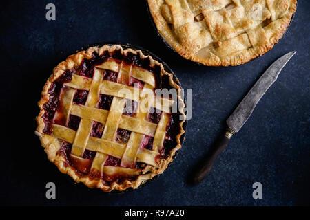 Tarta de manzana y tarta de frutas sobre fondo oscuro Imagen De Stock