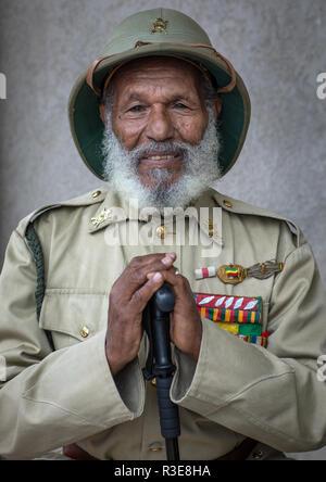Veterano de la guerra italo-etíope en el uniforme del ejército, región de Addis Abeba, en Addis Abeba, Etiopía Imagen De Stock