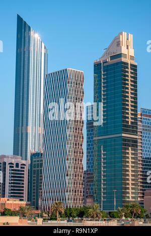 Foto vertical del skyline de Abu Dhabi, tomada desde la orilla del río. Imagen De Stock