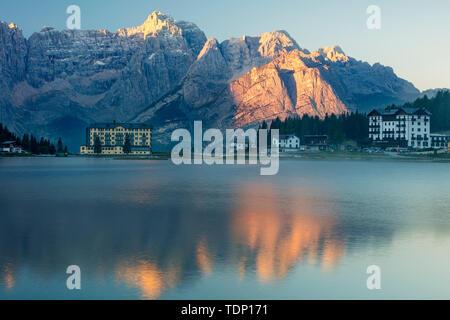 El Sorapiss Marmarole y grupos de los Dolomitas en la primera torre de luz sobre el Lago Misurina, Belluno, Veneto, Italia Imagen De Stock