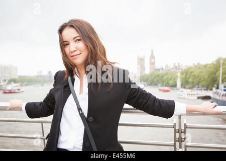 Retrato de mujer joven turista de Jubileo de Oro de la pasarela, London, UK Imagen De Stock