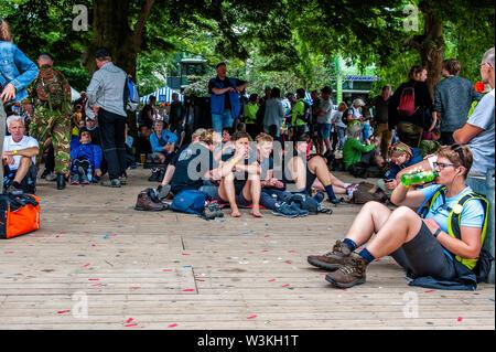 Un grupo de participantes a descansar bajo un árbol grande durante el primer día.Ya que es el más grande del mundo multi-día caminando, el evento de cuatro días de marzo es visto como el primer ejemplo de deportividad y pegado internacional entre militares y civiles y de las mujeres de muchos países diferentes. Los participantes en la 103ª comenzaron los cuatro días marchas en Nijmegen, en la Wadren a las 4am, cruzaron el puente Waalbrug (la legendaria de Nijmegen), y pasando por la ciudad de Elst (el día), donde el color oficial era azul. El día era frío, con temperaturas inferiores a las de otros años. Imagen De Stock