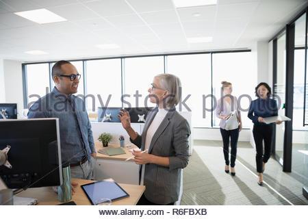 Gente de negocios hablando en Office Imagen De Stock
