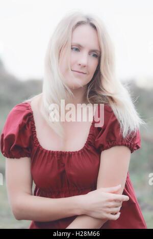 Retrato de una mujer rubia en un vestido rojo Imagen De Stock