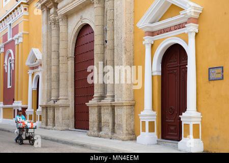 Arquitectura colonial en la Carrera 4, el casco antiguo de la ciudad, Cartagena de Indias, Colombia Imagen De Stock